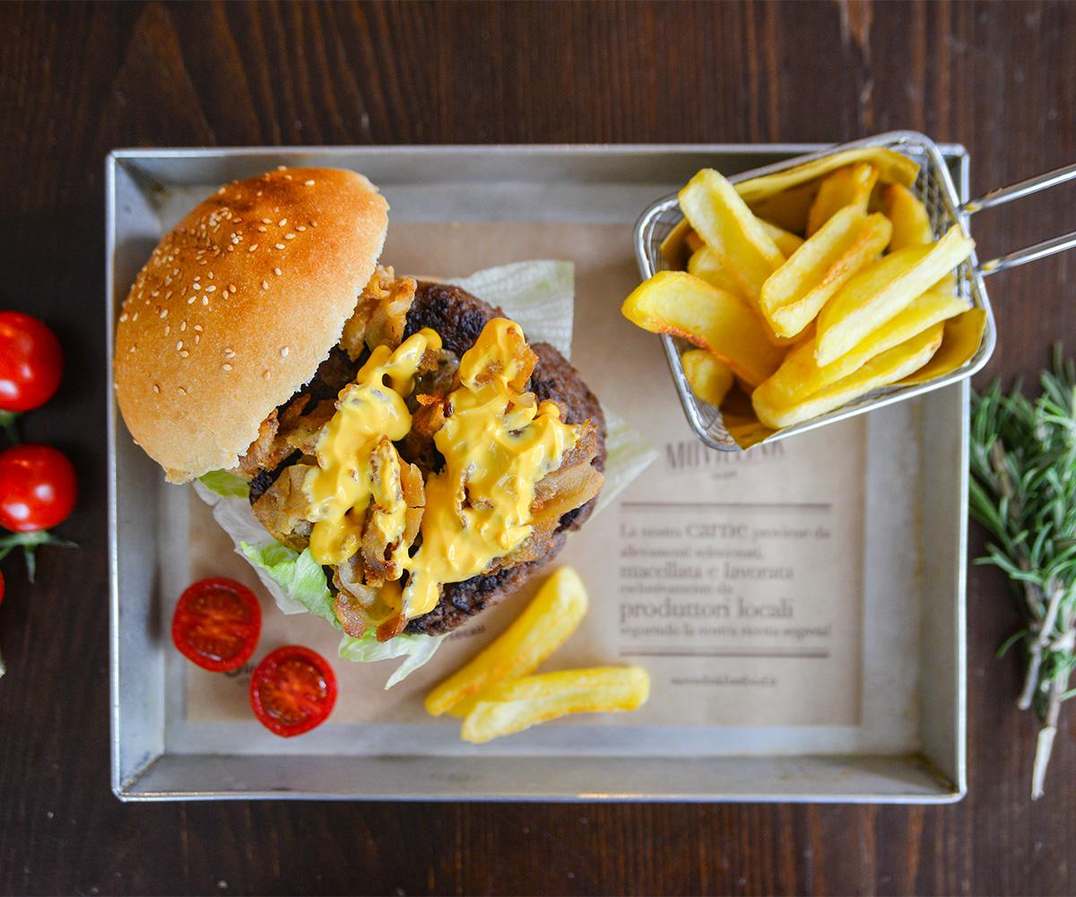 I nostri burger serviti sempre con le patatine!